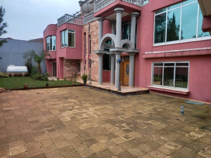 5 Bedroom House At Old Airport